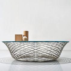 Foster + Partners - Is een architecten bureau uit Londen. Hun ontwerpen bestaan meestal uit glas en staalconstructies. Zij hebben de Testo Table ontworpen voor Molteni Je ziet duidelijk dat zij weer vasthouden aan hun eigen stijl. Dit is erg knap aangezien furniture een heel andere richting is dan de architectuur die zij normaal gesproken doen.