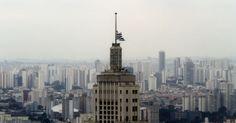 28/01/2013 - BRASIL - Bandeira de SÃO PAULO fica a meio-mastro na torre do Edifício BANESPA, no centro em luto oficial pelas vítimas do incêndio na boate Kiss, em SANTA MARIA (RS), nesta segunda-feira (28). Levy Ribeiro/Brazil. Photo Press/Agência O Globo.