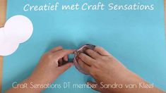 Sandra's kaarten & creaties: hoedje easel kaart met tutorial Easel Cards, Cardmaking, Scrabble Letters, Scrapbook, Crafts, Manualidades, Scrapbooking, Handmade Crafts, Craft
