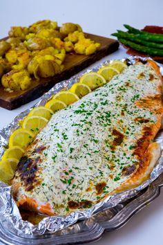 Saftig lax toppad med ett täcke av färskost. Laxen blir så saftig och såååå god! Enkel att laga och rätten sköter sig själv i ugnen. Passar lika bra att servera till vardags som till fest. Recept på kraschad potatis med saffran och vitlökssmör hittar du HÄR! 6-8 portioner Ca 1,5 kg laxsida 200 g färskost (läs tips nedan) Saften från en halv citron Salt & peppar 1 dl vatten Smaksättning till färskosten: 2 msk finhackad dill Rivet skal från en citron Garnering (valfritt): Finhackad gräslök ... Seafood Dishes, Fish And Seafood, Vegan Challenge, Zeina, Fish Dinner, Vegan Meal Prep, Vegan Thanksgiving, Vegan Kitchen, Fish Recipes