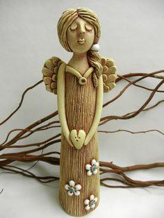 Andělka Ze šamotové hlíny, výška 27 cm.