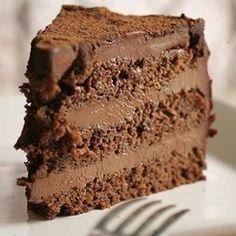 Mousse de chocolate para rechear bolo: 170g de chocolate meio amargo 170g tablete de chocolate ao leite 1 caixinha de chantilly batido 1 caixinha de creme de leite Derreta em banho-maria ou no micro-ondas o chocolate meio amargo e o ao leite juntos. Com o chocolate já derretido, adicione o creme de leite e depois o chantilly batido, recheio o bolo e leve para gelar.