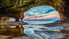 Höhle im Uferschutzgebiet Pictured Rocks National Lakeshore, Oberer See, Michigan, USA Costa, Pictured Rocks National Lakeshore, Picture Rocks, Seen, Landscape Photos, Creative Landscape, Fantasy Landscape, Landscape Paintings, Landscape Design