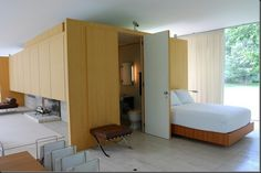 Farnsworth House interior bedroom: wood and travertine, big windows Ludwig Mies Van Der Rohe, Modern Interior, Interior Architecture, Casa Farnsworth, Mid Century House, Glass House, Small Spaces, Villa, House Design