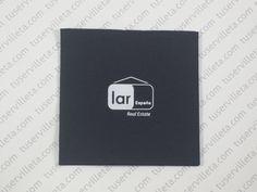 El trabajo de Servilletas Impresas Personalizadas de Lar España Real Estate 20x20 (10x10 cm. cerrada) calidad Doble Punto, color Negro, impresión en Blanco.
