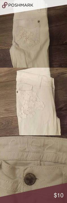 White Skinny Jeans Rue 21 These jeans feature an adorable floral knit detail on the back pockets and one front pocket. Size 0R Rue 21 Jeans Skinny