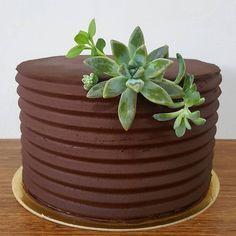 bolo trufado vegano com suculentas naturais Garden Pots, Wedding Cakes, Tray, Instagram, Desserts, Naked, Chocolate Truffle Cake, Decorating Cakes, Party