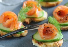 Canapés au saumon et au concombre Cuisine Diverse, Easy Entertaining, Hors D'oeuvres, Canapes, Finger Foods, Avocado Toast, Sushi, Buffet, Food And Drink