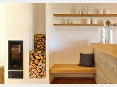 Wie wär#s mit einer gemütlichen Sitzecke direkt neben dem Kamin im Wohnzimmer? Hält warm und ist gemütlich. Und durch den offenen Wohnbereich schließt sich die Küchenzeile gleich mit an. Gefunden im #Bungalow Bowles auf haus-xxl.de