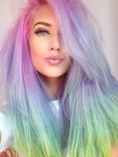 Eine Haarfarbe ist dir zu wenig? Dann nimm doch alle. Letzte Woche konntet ihr ja unsere Kollegin Sandra mit pastel-pinken Haaren bestauen. Euch zu eintönig? Dann werdet ihr diesen Haartrend lieben: Regenbogenhaare oder Unicorn-Hair. Hier werden die Haare in allen Farben des Regenbogens gefärbt. Wie das aussehen kann, seht ihr in der Slideshow auf stylight.de