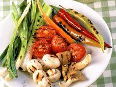 Gegrilltes Gemüse mit Aioli ist ein Rezept mit frischen Zutaten aus der Kategorie Dips. Probieren Sie dieses und weitere Rezepte von EAT SMARTER! Aioli, Eat Smarter, Chicken Wings, Green Beans, Shrimp, Carrots, Stuffed Peppers, Meat, Vegetables
