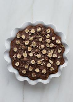 Pastel de fuente de hornear de vainilla con chocolate malteado
