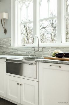 25 Gorgeous Kitchens with Farmhouse Sinks. Every kitchen design needs a jumping off point. Start with a gorgeous farmhouse sink for inspo! Kitchen Sink Decor, Kitchen Sink Design, Farmhouse Sink Kitchen, Modern Farmhouse Kitchens, Kitchen Redo, Kitchen Styling, New Kitchen, Home Kitchens, Kitchen Backsplash