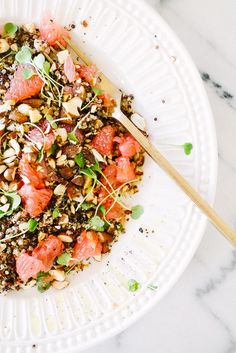Despite its Most Popular Superfood status, quinoa may not be the first thing you think of between your shower and shave. But after cooking up just one of these delicious, high-protein recipes, you'll be left wishing you had thought of it sooner. Clean Eating, Healthy Eating, Healthy Food, Quinoa Bowl, Quinoa Salad, Vegetarian Recipes, Healthy Recipes, High Protein Recipes, Salads