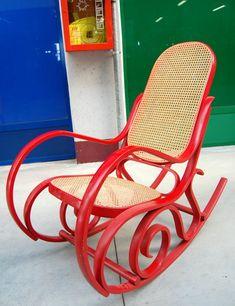 Modernariato: sedia a dondolo in paglia di Vienna verniciata rossa metà '900