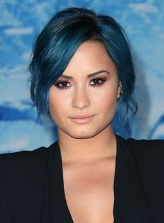 Do you like Demi Lovato's colorful hairstyles? Her new product Secret Color gives you the option to highlight your hair with colored hair extensions. Now, you can play with your hair without actually coloring it! #Latinabeauty