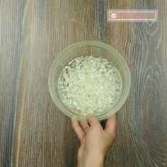 Salată rusească Șubă – o rețetă deosebit de aspectoasă, rapidă și demnă sa stea pe masa de sărbătoare! - savuros.info Coconut Flakes, Dips, Spices, Food, Sauces, Spice, Essen, Dip, Meals