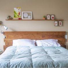 SnapWidget | Uma boa ideia para quem ainda não tem uma digna cabeceira.. Que tal fazer você mesmo uma simples e charmosa? basta usar ripas de Madeira, caprichar nos detalhes e prontinho. O quarto ja ganha um novo visu rapidinho e sem você gastar muito $$$. Adorei a ideia!! #diy #dicas #decor #homedecor #instadecor #like #tagsforlikes #inspira #design #interiores