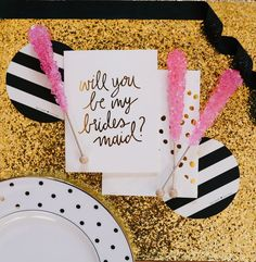 Sparkly gold table cloth matched with chic white and gold invites #wedding #gold #goldwedding #glitter #invitations