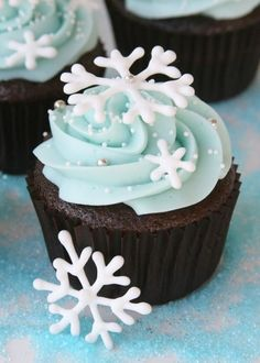 Good for a Frozen Themed party -- Perfect #cupcakes for a Winter #babyshower! Snowflake Chocolate Cupcakes