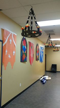 Paper Chain Link Chandelier for Castle Kingdom theme Vacation Bible School - Ritter - Dragon Birthday, Dragon Party, Vbs Themes, Classroom Themes, Theme Animation, Castle Classroom, Medieval Party, Medieval Crafts, Cumpleaños Harry Potter