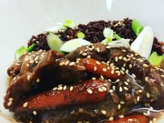 Videorecept: Mongolské hovädzie kúsky - Toto jedlo už podľa názvu pochádza z Mongolska. Jemné kúsky mäsa su ponorené v sladkej a slanej omáčke zároveň. Vyskúšajte netradičné spojenie chutí. Flank Steak, Meatloaf, Beef, Food, Skirt Steak, Meat, Essen, Meals, Yemek