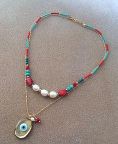 Collar ojo turco resina con perlas y coral. Seed Bead Jewelry, Beaded Jewelry, Beaded Necklace, Beaded Bracelets, Pendant Necklace, Fabric Earrings, Evil Eye Bracelet, Jewelery, Jewelry Accessories