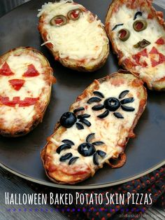 Gluten-Free Halloween Baked Potato Skin Pizzas Recipe I have the best gluten-free Halloween recipes here. Let's face it, having a restricted diet around the holidays is especially difficult. Plat Halloween, Creepy Halloween Food, Hallowen Food, Healthy Halloween, Halloween Dinner, Halloween Food For Party, Halloween Treats, Halloween Pizza, Spooky Food