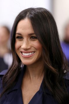 Learn the makeup and hair products and tips Meghan Markle, Kate Middleton, Princess Eugenie, and Queen Elizabeth II use to always look picture-perfect as members of the royal family. Meghan Markle Parents, Adele, Summer Hairstyles, Cool Hairstyles, Meghan Markle Hair, Red Carpet Hair, Prince Harry And Megan, Princess Meghan, Church Of England