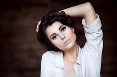 Фото Девушка в белой рубашке держит волосы собранными, фотограф Ольга Бабич / Olga Babych