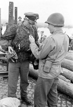 Waffen-SS Officer surrenders to american soldiers. German Soldiers Ww2, American Soldiers, German Army, German Uniforms, War Photography, World War One, Historical Pictures, Panzer, Vietnam War