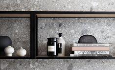 Hyllsystemet Frame är en öppen hylla, perfekt att placera över bänkskivan i köket för att skapa alternativ förvaring. Med olika materialval kombineras hyllans utförande av aluminiumprofiler och vitpigmenterad ekfaner. | Ballingslöv Bathroom Medicine Cabinet, Frame, Bathroom