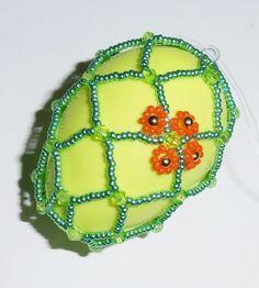 Velikonoční+vajíčko+zelené+Vajíčko+je+vyrobeno+zkorálků,+perliček,+ohňoveka+rokailu+v+zelené+a+oranžové+barvě,+uprostřed+plastové+vajíčko.+Výška6+cm+plus+mašlička.+Lze+použít+jako+dekoraci+na+větvičku,+záclonu,+mezi+okno+či+jako+drobný+dáreček+pro+Vaše+přátele.+Pokud+by+jste+si+přáli+vytvořit+více+kusů+či+jiné+barvy+neváhejte+mě...