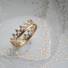 """Une couronne en or solide pour la reine qui est en vous...Une bague féminine et délicate pour orner vos doigts.▽ Or 14 carats▽ 5mm x .07mm.Important à lire :△ Cette bague est fabriquée sur commande : le délai d'envoi sera de 2 semaines.▽Toutes mes créations sont faites à la main """"avec amour"""", chaque pièce est donc unique et peut être légèrement différente.S'il vous plaît sélectionnez votre taille dans la liste ci-dessous."""