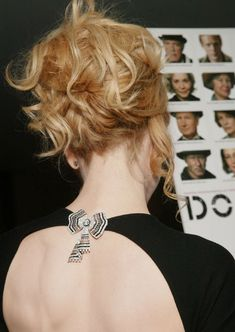 Love this way to wear a brooch by Nicole Kidman - on your back! Need brooches? VintageCravens has you covered: etsy.me/1ylVfj1 #FallOfTheBrooch