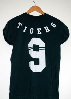 Kup mój przedmiot na #vintedpl http://www.vinted.pl/damska-odziez/koszulki-z-krotkim-rekawem-t-shirty/8400296-tshirt-zielony-tigers-z-bialym-nadrukiem-zara-rozm-s