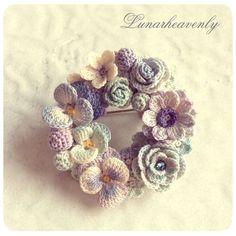 crochet flower brooch an idea to a brooch Crochet Bouquet, Crochet Brooch, Crochet Motifs, Crochet Flower Patterns, Crochet Bracelet, Crochet Art, Thread Crochet, Knit Or Crochet, Irish Crochet