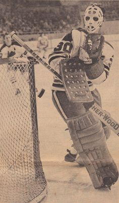 Ernie Wakely with the Winnipeg Jets in their first season. Hockey Boards, Nhl Hockey Jerseys, Goalie Mask, St Louis Blues, Hockey Stuff, Vancouver Canucks, My Themes, Old School, Cool Pictures