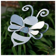 Perennial Flower Gardening - 5 Methods For A Great Backyard Small Metal Bumble Bee Yard Stake Welding Art Projects, Metal Projects, Metal Crafts, Aluminum Crafts, Welding Crafts, Metal Sculpture Artists, Steel Sculpture, Metal Yard Art, Metal Tree