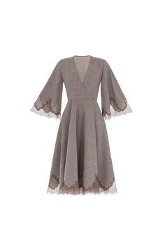 Платье на запах из костюмной ткани (лен). Отделка кружевом. В комплект входит шелковая сорочка.