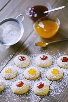 Biscotti al burro con confettura pronti per essere mangiati con un velo di zucchero