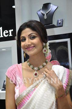 Shilpa Shetty inaugurates jewellery showroom in Mangalore Bollywood Actress Hot, Bollywood Celebrities, Jewellery Showroom, Jewellery Designs, India Jewelry, Gold Jewelry, Jewelery, Bridal Jewelry, Shilpa Shetty