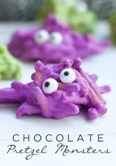 How to Make Chocolate Covered Pretzels into Monster Halloween Treats. You and your kids can Create a batch of these superr easy Halloween food for a party. Halloween Desserts, Hallowen Food, Hallowen Ideas, Halloween Goodies, Halloween Food For Party, Halloween Birthday, Holidays Halloween, Happy Halloween, Halloween Candy