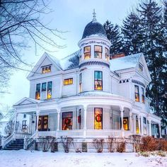This is gorgeous. Victorian Home at Christmas. <3