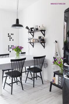 Veras Küche in schwarzweiß mit lila Tulpen
