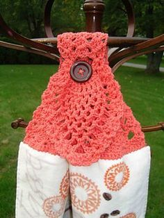 Crochet Stitches Patterns Pineapple Towel Topper Free Crochet Pattern - Visit this page to find a fantastic variety of free crochet pineapple patterns. This shows you the many different ways to use this classic motif. Crochet Towel Holders, Crochet Dish Towels, Crochet Towel Topper, Crochet Kitchen Towels, Crochet Dishcloths, Crochet Stitches, Crochet Gifts, Crochet Home, Knit Crochet