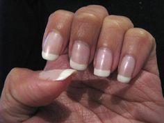 Il est parfois très simple et peu coûteux de s'offrir un soin. La preuve en est avec ce conseil au bicarbonate de sodium pour faire vous-même votre manucure! Ajoutez 2 cuillères à soupe dans un bol rempli d'eau tiède, puis trempez vos mains pendant 15 mn. Le pH de la solution du bicarbonate permettra d'enlever les peaux mortes tout en adoucissant vos mains. Conseil : Si besoin, saupoudrez une brosse à dents humide de bicarbonate et frottez le dessus et le dessous des ongles...