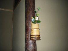 Flower: camellia(tsubaki),buttercup winter hazel(iyo-mizuki) FlowerContainer: bamboo(ichiju-giri vase) 2011.11.05