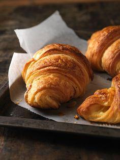 Für das gemütliche Sonntagsfrühstück: Selbstgemachte Croissants | http://eatsmarter.de/rezepte/selbstgemachte-croissants