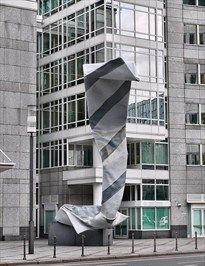 Inverted Collar and Tie is a sculpture designed in 1994 by Claes Oldenburg and Coosje van Bruggen. It is located in Frankfurt's Westend in front of the Westend Tower Claes Oldenburg, Murals Street Art, Architecture Old, Environmental Art, Everyday Objects, Land Art, Public Art, Installation Art, Sculpture Art